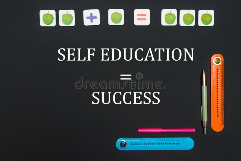 Tabela da arte preta com fontes dos artigos de papelaria com sucesso da educação do auto do texto no quadro-negro imagem de stock royalty free