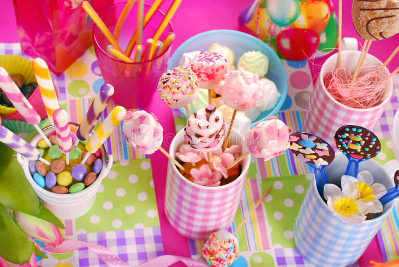 Tabela da festa de anos com os doces para crianças fotografia de stock royalty free