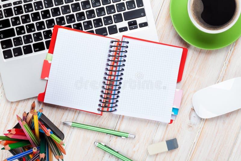 Tabela da mesa de escritório com computador, fontes e copo de café fotografia de stock royalty free