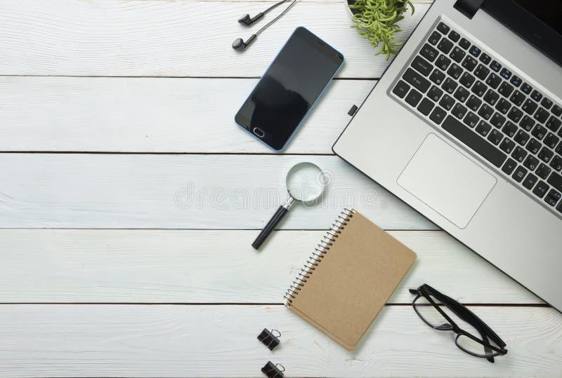 Tabela da mesa de escritório com computador, fontes, flor foto de stock royalty free