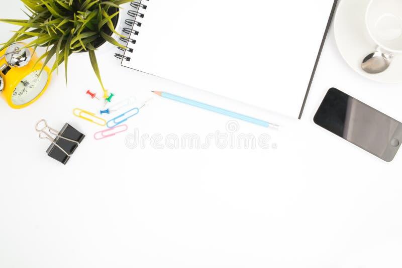 A tabela da mesa de escritório com computador fornece o copo t da flor e de café imagem de stock royalty free
