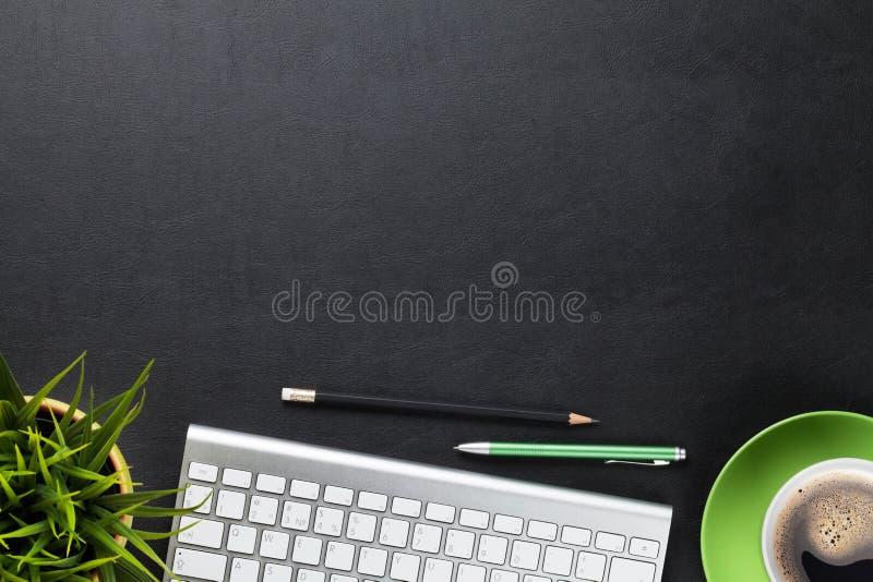 Tabela da mesa de escritório com o copo do computador, da flor e de café imagens de stock royalty free