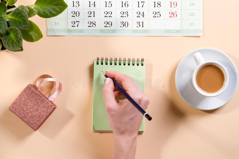Tabela da mesa de escritório com a página vazia do caderno com opinião superior da pena, configuração lisa fotografia de stock