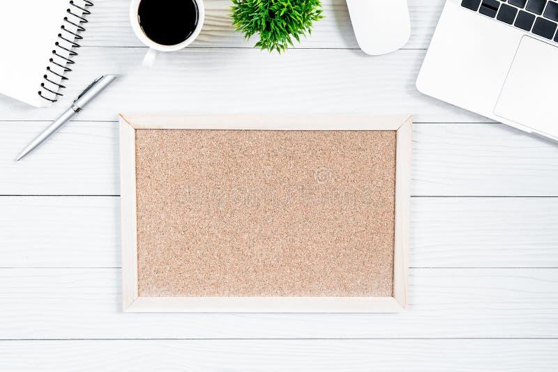 Tabela da mesa de escritório e equipamento de madeira branco para trabalhar com café preto e placa vazia na vista superior e no c imagens de stock