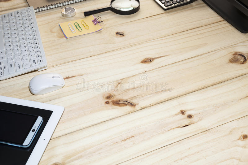 Tabela da mesa do negócio com computador, smartphone, tabuleta, caderno, pena fotografia de stock