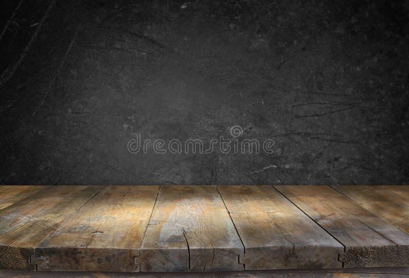 Tabela da placa de madeira do vintage do Grunge na frente do fundo textured preto fotografia de stock