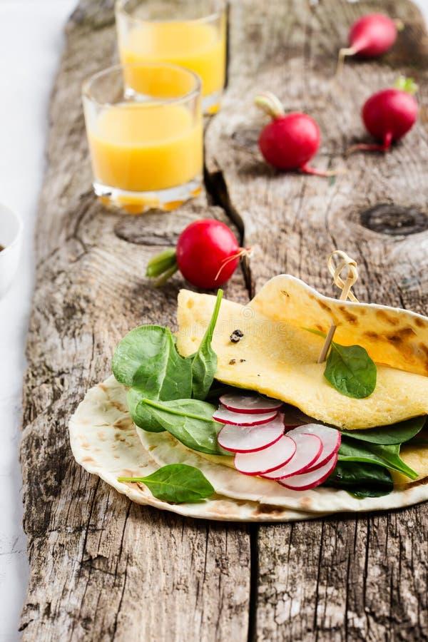 Tabela da refeição matinal Tacos caseiros dos espinafres da omeleta fotos de stock royalty free