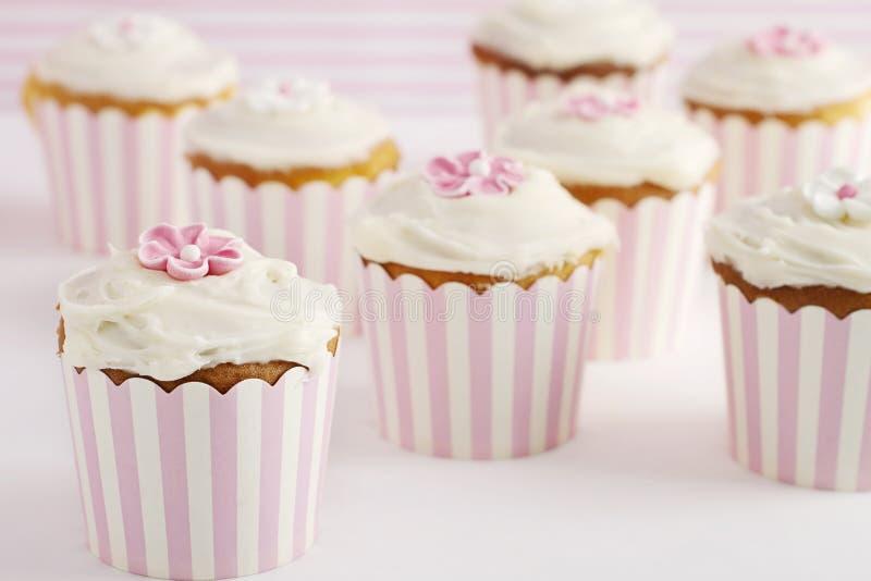 Tabela da sobremesa de queques retros cor-de-rosa e brancos do estilo imagem de stock royalty free