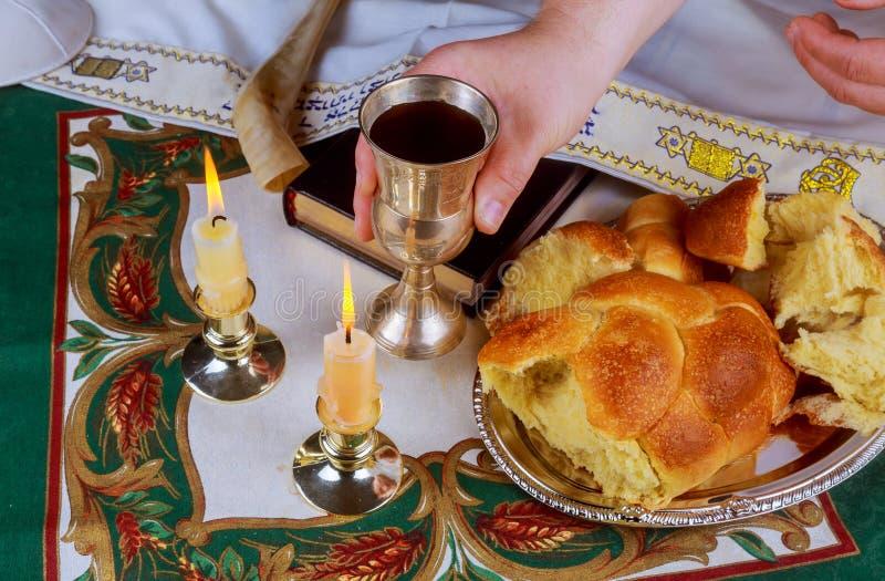 Tabela da véspera de Shabbat com pão descoberto do Chalá, velas do Sabat imagem de stock