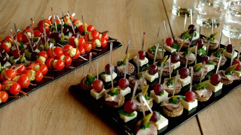 Tabela de banquete de abastecimento belamente decorada imagem de stock