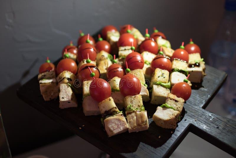 Tabela de banquete de abastecimento belamente decorada com os petiscos e os aperitivos diferentes do alimento no aniversário inco fotografia de stock royalty free