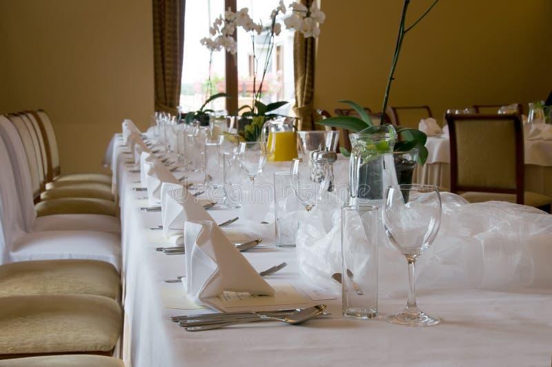 Tabela de banquete ajustada no marrom imagens de stock royalty free