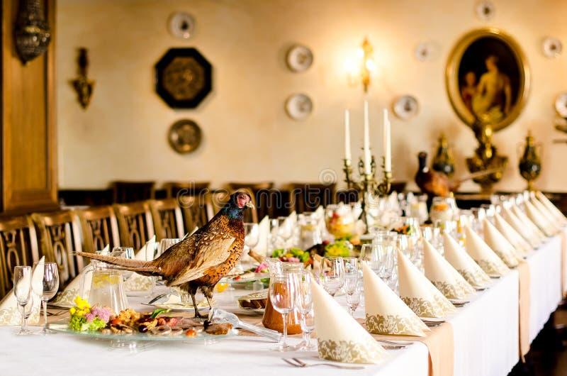 Tabela de banquete com faisão fotografia de stock royalty free