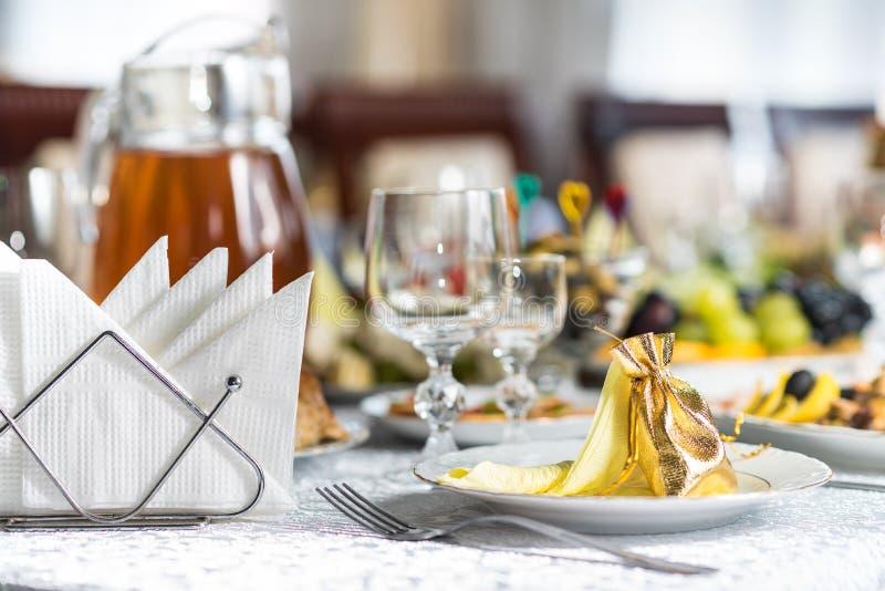 Tabela de banquete em um restaurante, um casamento em Ucrânia, grupo fotos de stock
