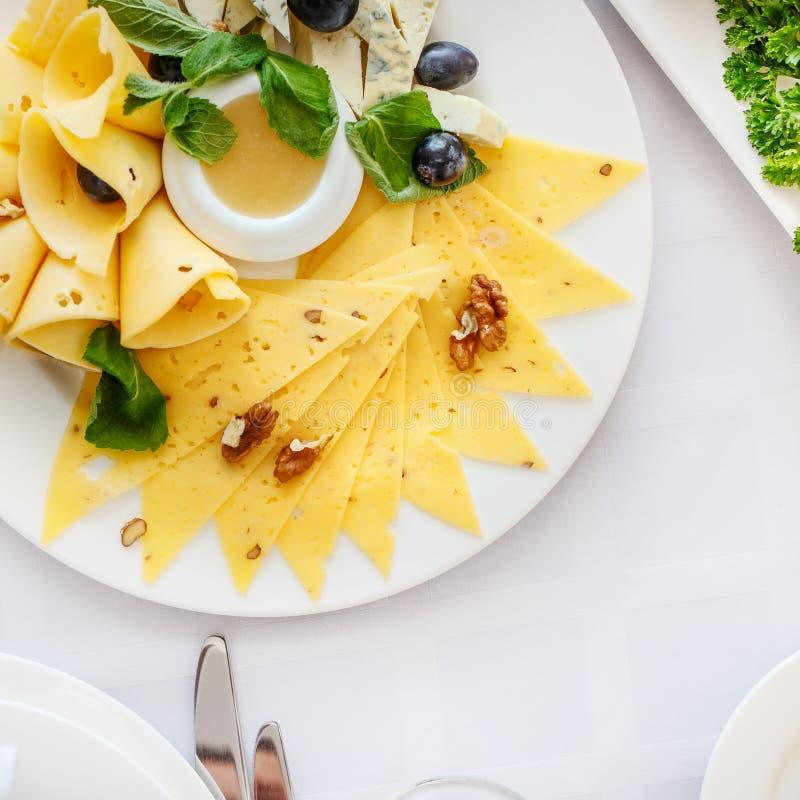 A tabela de banquete no restaurante serviu com refeições diferentes fotos de stock