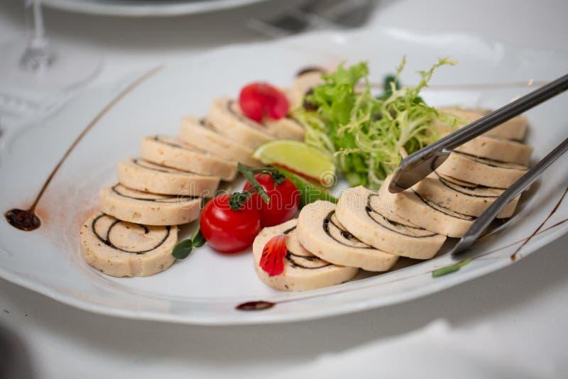 Tabela de bufete da recepção com o tomate frio dos petiscos, da carne e de cereja fotos de stock