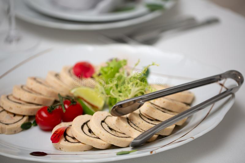 Tabela de bufete da recepção com o tomate frio dos petiscos, da carne e de cereja foto de stock