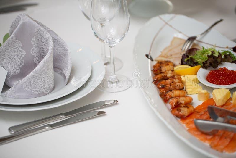 Tabela de bufete da recepção com petiscos frios, camarão, peixe, caviar foto de stock royalty free