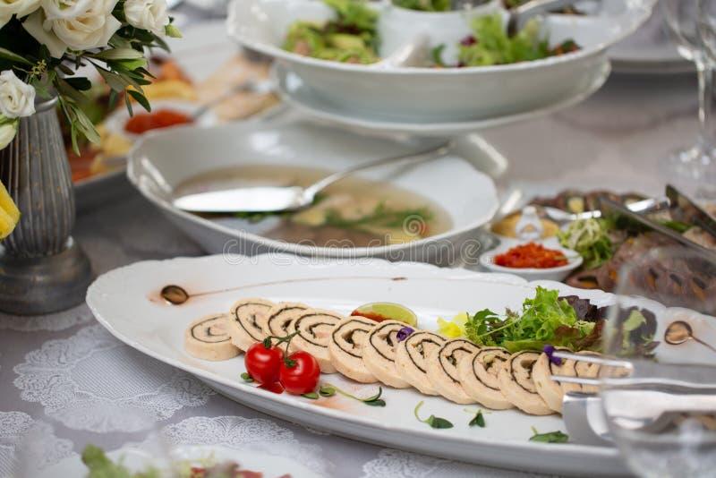 Tabela de bufete da recepção com petiscos frios, carne, saladas fotos de stock