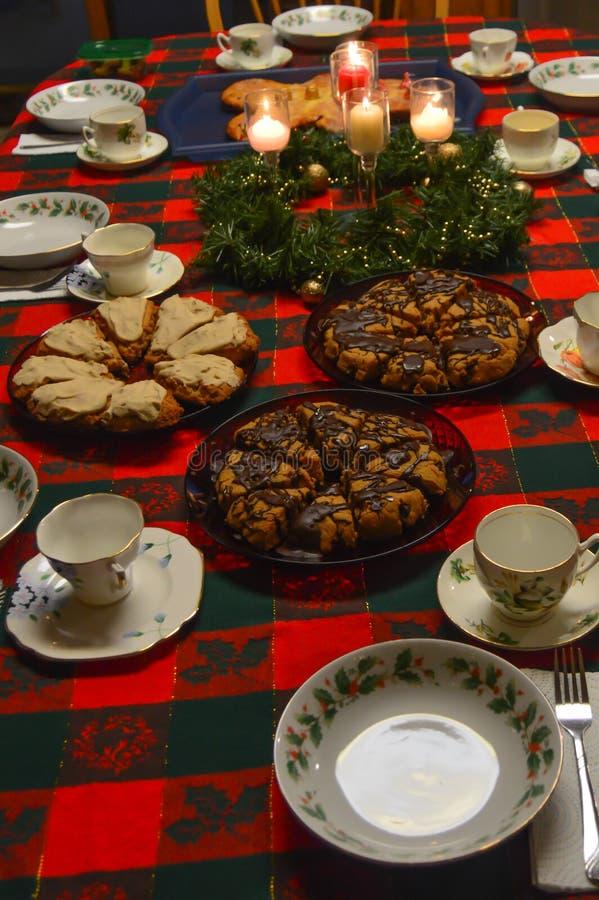 Tabela de café da manhã do Natal com bolos imagens de stock royalty free