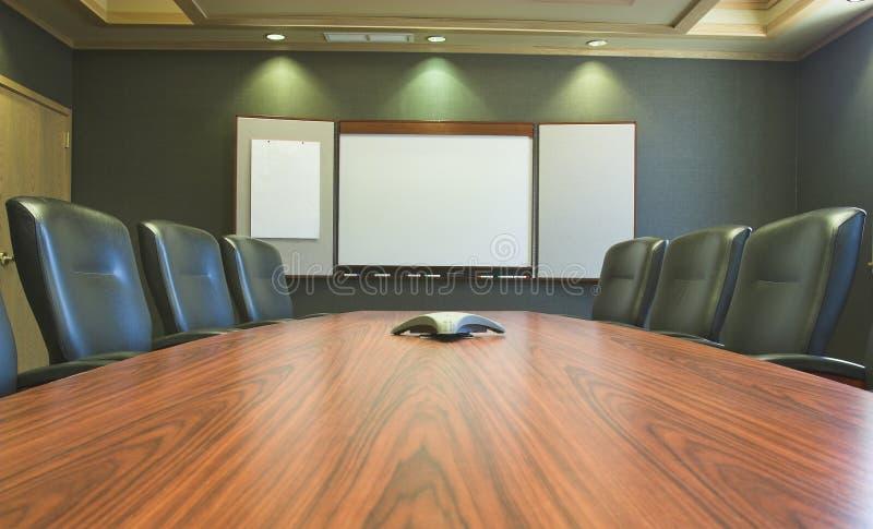 Tabela de conferência w/Blank Whiteboard imagens de stock