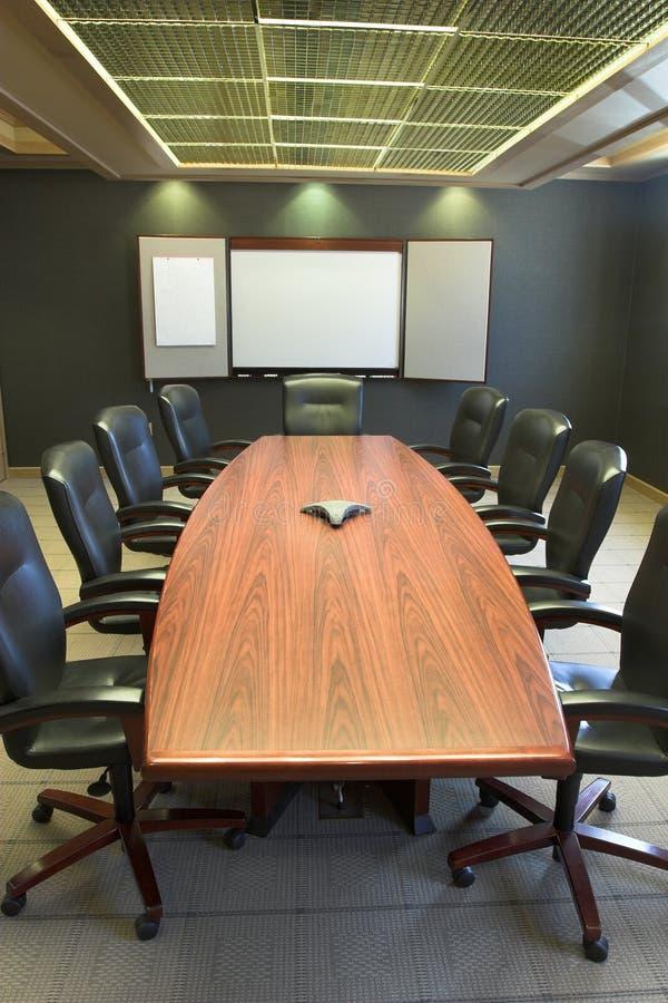 Tabela de conferência w/Blank Whiteboard - vertical foto de stock