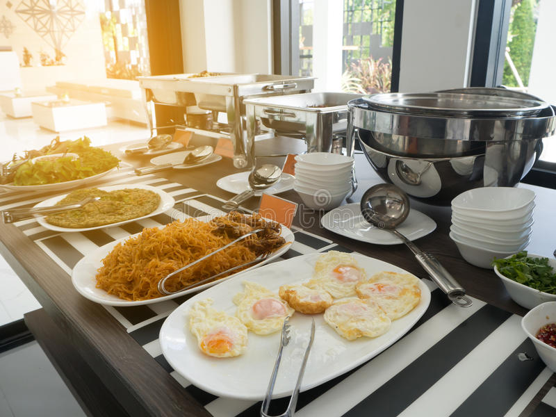 Tabela de Dinning com variedade de alimento asiático na sala dinning fotos de stock royalty free