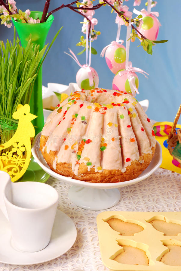 Tabela de Easter com bolo do anel imagem de stock