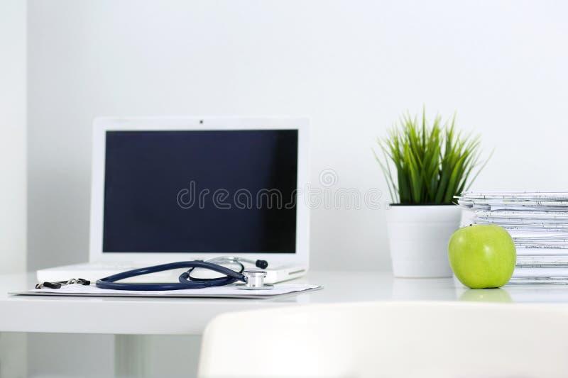 Tabela de funcionamento do doutor da medicina foto de stock royalty free
