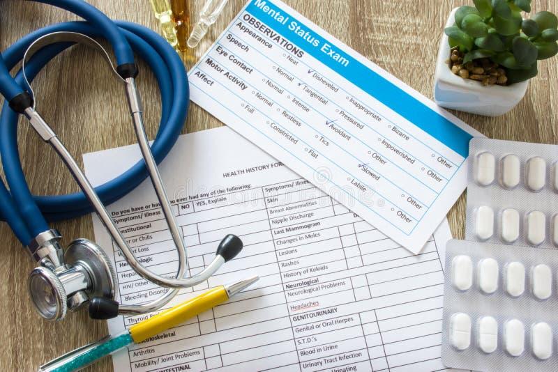 Tabela de funcionamento no ambiente de trabalho do doutor ou do conselheiro na prática da psicologia, foto invertido da opinião s fotografia de stock