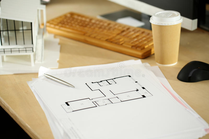 Tabela de funcionamento vazia do arquiteto com projeto arquitetónico imagem de stock