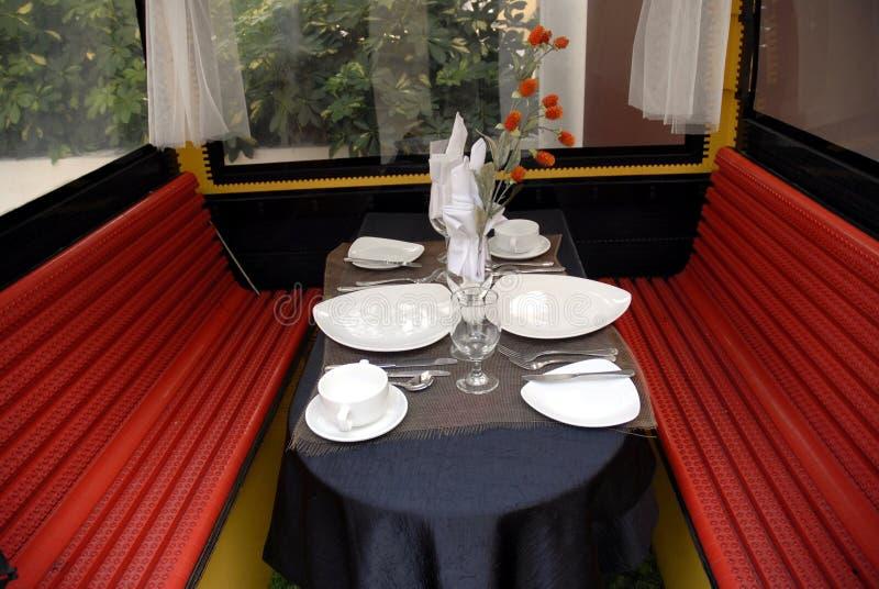 Tabela de jantar ajustada em um teleférico do lego imagens de stock