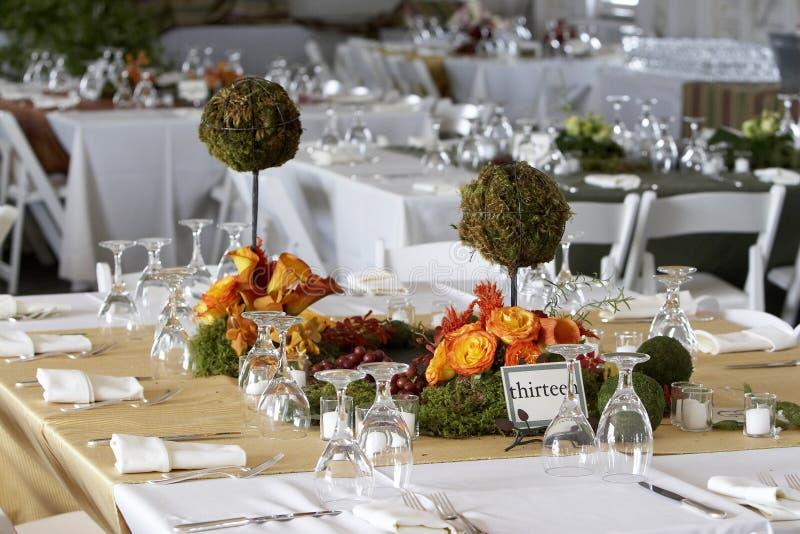 A tabela de jantar ajustou-se para um casamento ou um evento corporativo fotos de stock royalty free