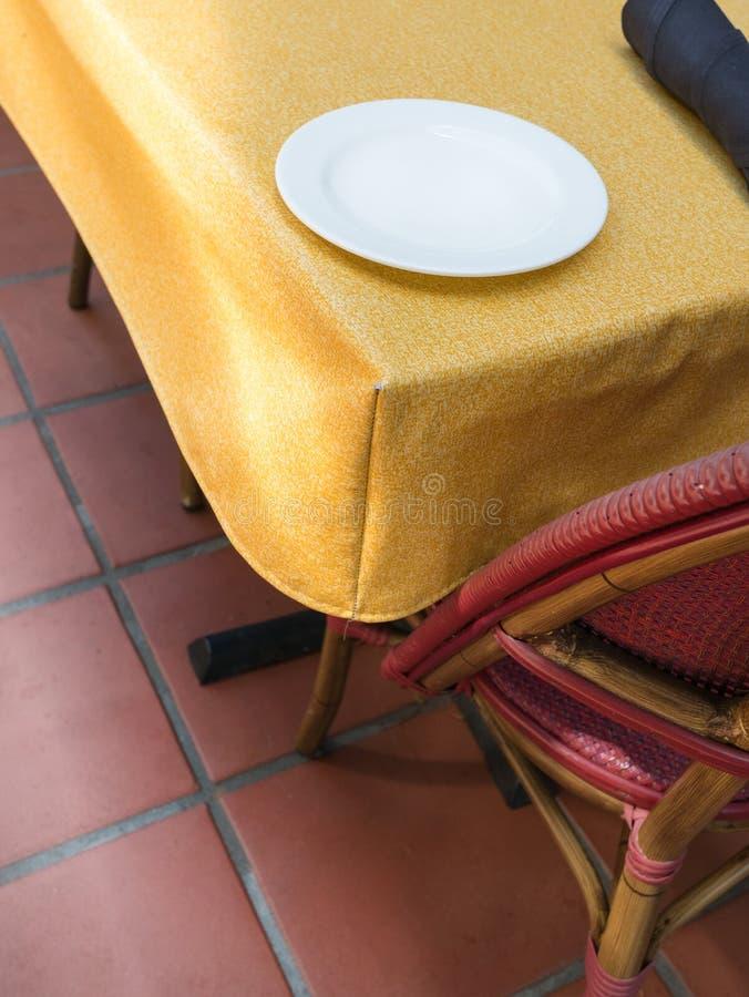Tabela de jantar ao ar livre fotografia de stock