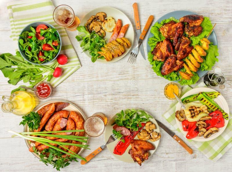 Tabela de jantar com alimento da variedade fotos de stock