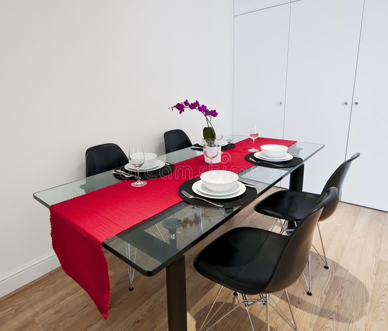 Tabela de jantar com pano vermelho imagens de stock royalty free