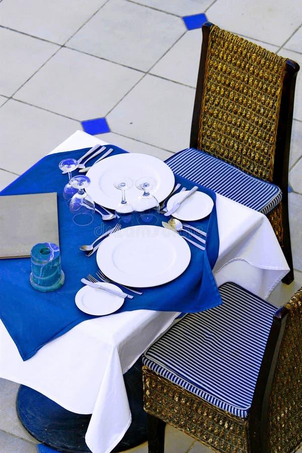 Tabela de jantar do restaurante A parte uma tabela do restaurante, apronta-se para convidar alguém fotografia de stock royalty free