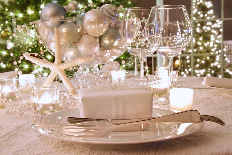 Tabela de jantar elegante iluminada do feriado