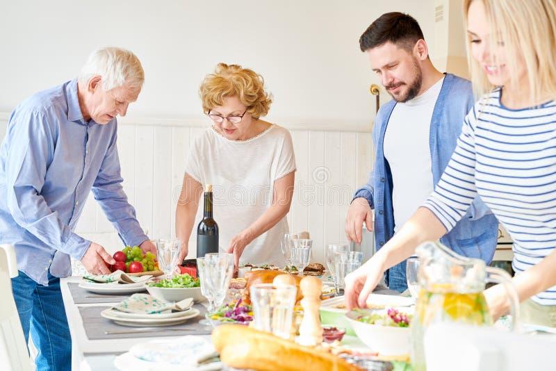 Tabela de jantar feliz do ajuste da família foto de stock royalty free