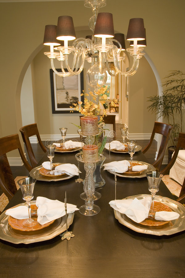 Tabela de jantar home luxuosa. imagem de stock