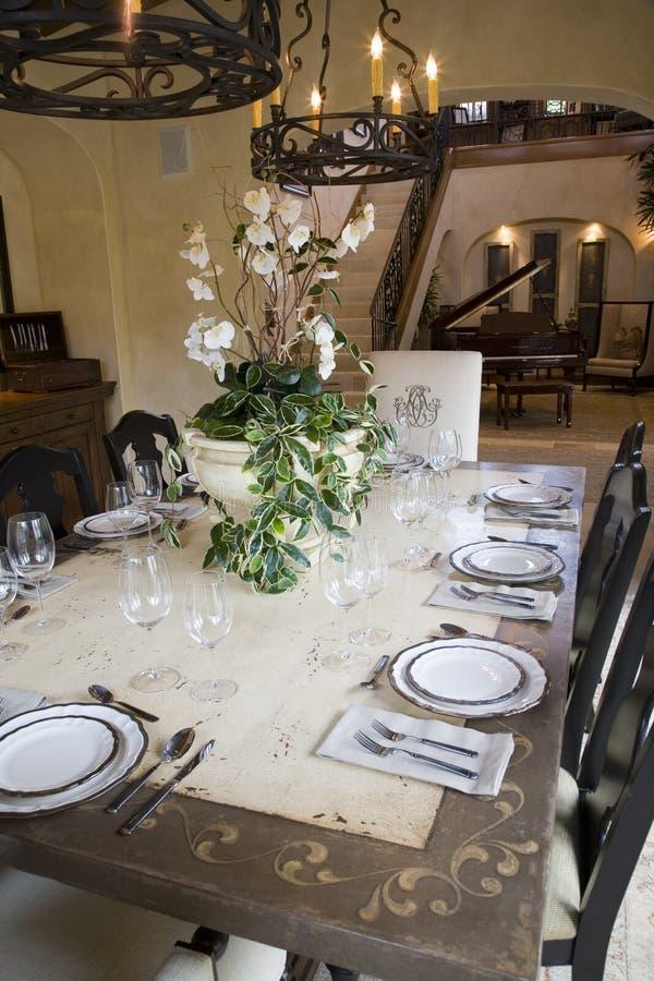 Tabela de jantar home luxuosa. fotos de stock royalty free