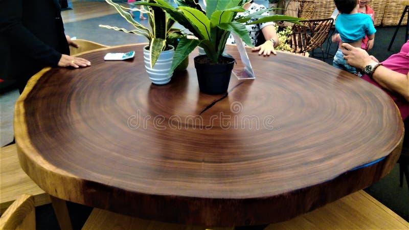 Tabela de jantar de madeira do círculo bonito displaysed no shopping imagem de stock