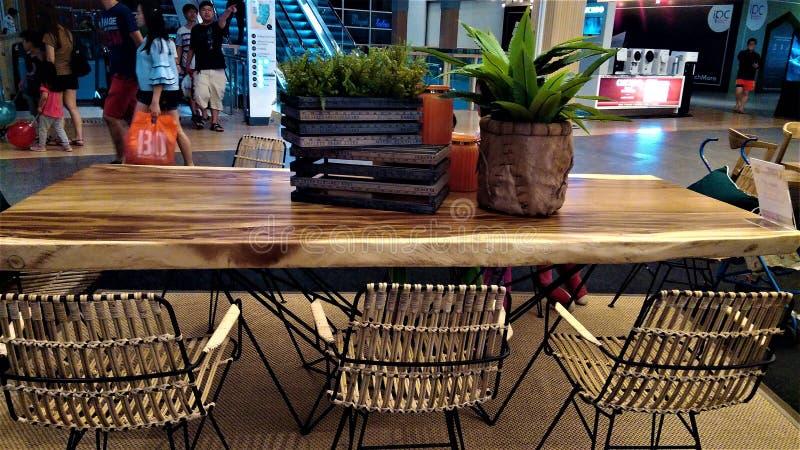 Tabela de jantar de madeira longa bonita com cadeiras imagens de stock royalty free