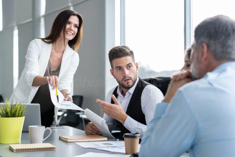 Tabela de Leads Meeting Around da mulher de neg?cios Discuss?o que fala compartilhando do conceito das ideias imagem de stock