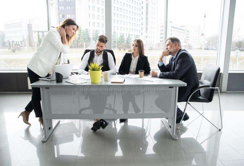 Tabela de Leads Meeting Around da mulher de neg?cios Discuss?o que fala compartilhando do conceito das ideias fotografia de stock