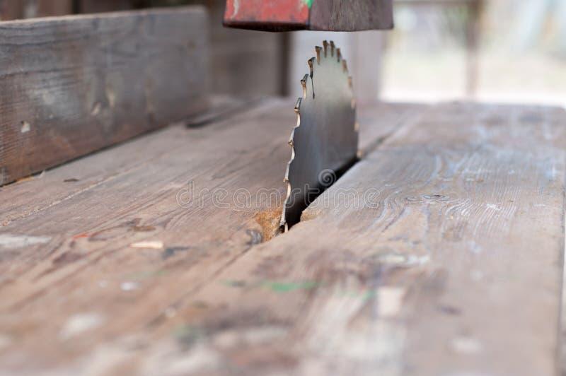 A tabela de máquina velha viu, serra da circular para o trabalho de madeira fotografia de stock