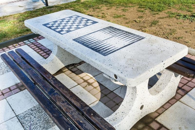 Tabela de mármore da placa de xadrez no parque fotos de stock