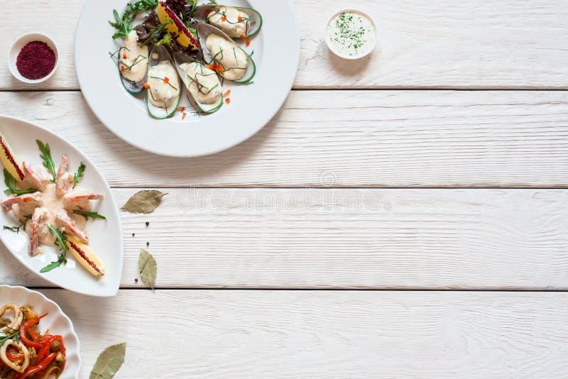 Tabela de madeira branca com configuração do plano das refeições do marisco fotos de stock