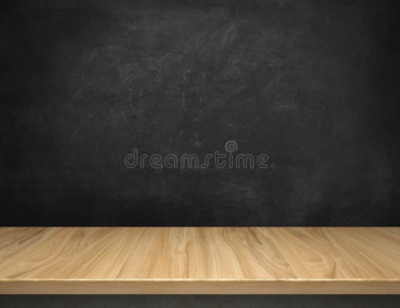 Tabela de madeira com fundo do quadro-negro fotografia de stock royalty free