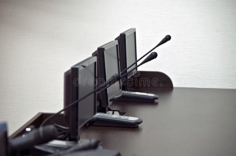 Tabela de madeira com monitores e microfones no imprensa-centro